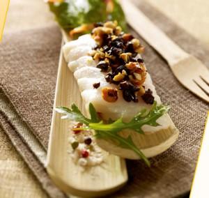 Dos de lieu jaune sous crumble d'olives et cacahuètes