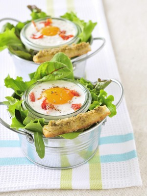 Oeuf cocotte aux tomates confites et caviar d'olives vertes