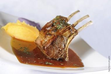 Carré d'agneau gallois de pré salé rôti, jus au miel à la menthe