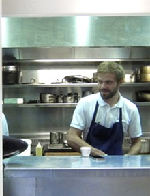 Sven dans la cuisine ouverte du Saturne © omnivore