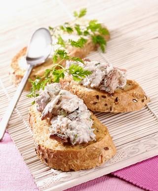 Toasts de rillettes de filets de sardines citron basilic en conserve