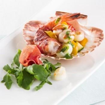 Coquilles Saint-Jacques, crevettes, Jambon de Parme au pesto et salade de roquette