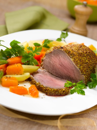 Filet de boeuf en croûte de moutarde et petits légumes bio