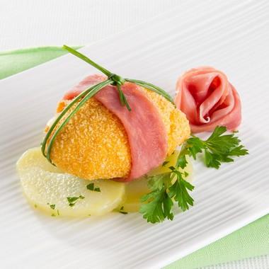 Œufs pochés croustillants au Jambon de Parme accompagnés de pommes de terre