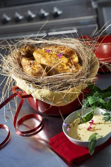 Chapon Pleine Saveur en cocotte, lutté au foin et épi de maïs en papillote au beurre frais, sauce au lait à la sauge