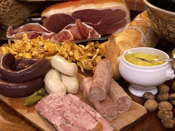 Sur la table ardennaise: jambon, andouillette, boudin, moutarde...© Peter Winfield