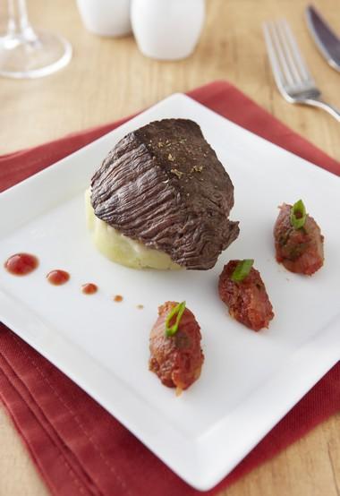 Pavé de bœuf rôti, compotée d'oignons à la tomate et écrasé de pommes de terre