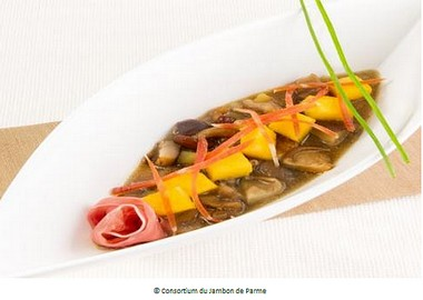 Soupe de champignons et jambon de Parme accompagnée de petits cubes de polenta frits