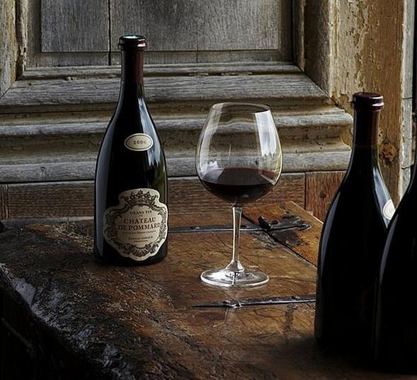 le grand vin du château de pommard et la forme épaulée de son flacon ©DR