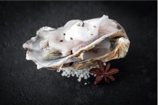 Carpaccio d'esturgeon, huîtres pochées et jus d'anis