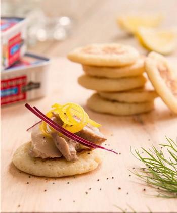 Blinis au foie de morue, oignon croquant & graines de pavot