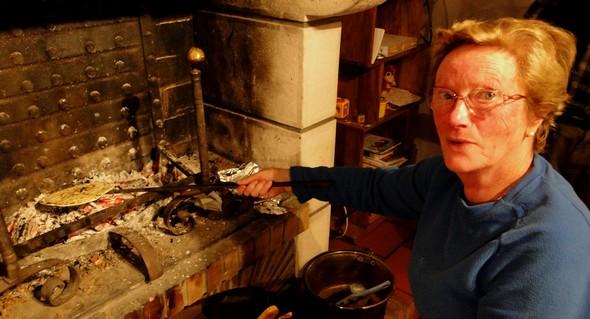 Henriette et son matxarroa pour la cuisson du taloa ©laradiodugout.fr