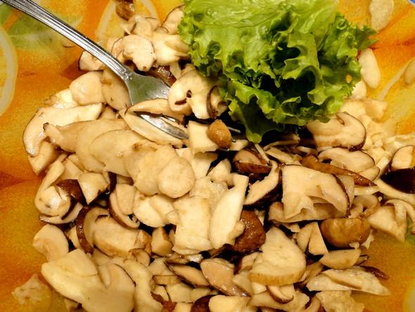 Des cèpes tout frais, un peu de salade, une vinaigrette comme vous l'aimez. C'est tout © TB/laradiodugout.fr