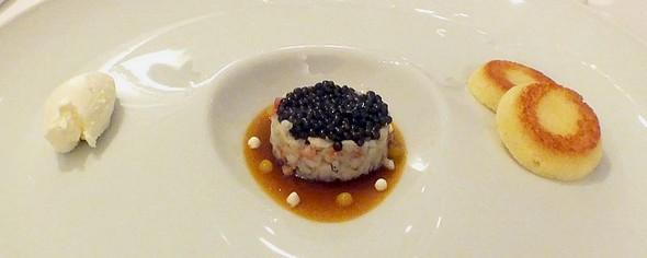 Caviar de France « Ebène », Eau de Bouille-Abaisse Tremblotante, Effiloché de Crabe Royal/ Vapeur d'Algues/Fleurette Yuzu.©GC/laradiodugout.fr