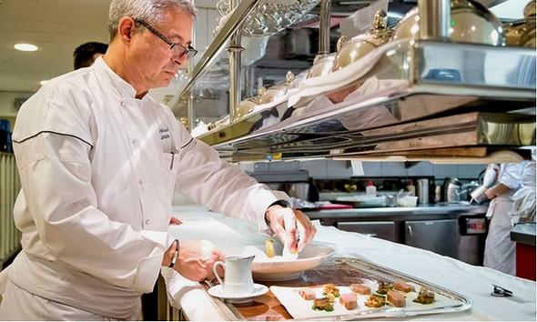 Jean Michel Lorain en cuisine ©la Côte Saint Jacques-Groupon