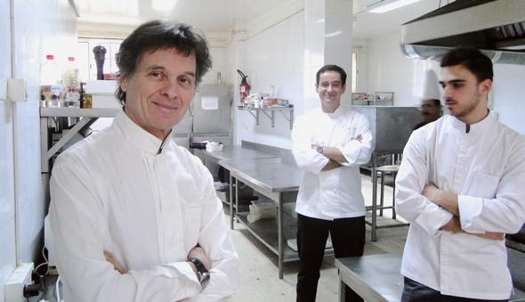 Guy Martin et son équipe (Sullivan Rodriguez et Nicolas Innocenti) dans les cuisine du Pirate à Sidi Bou Saïd © TB/laradiodugout.fr