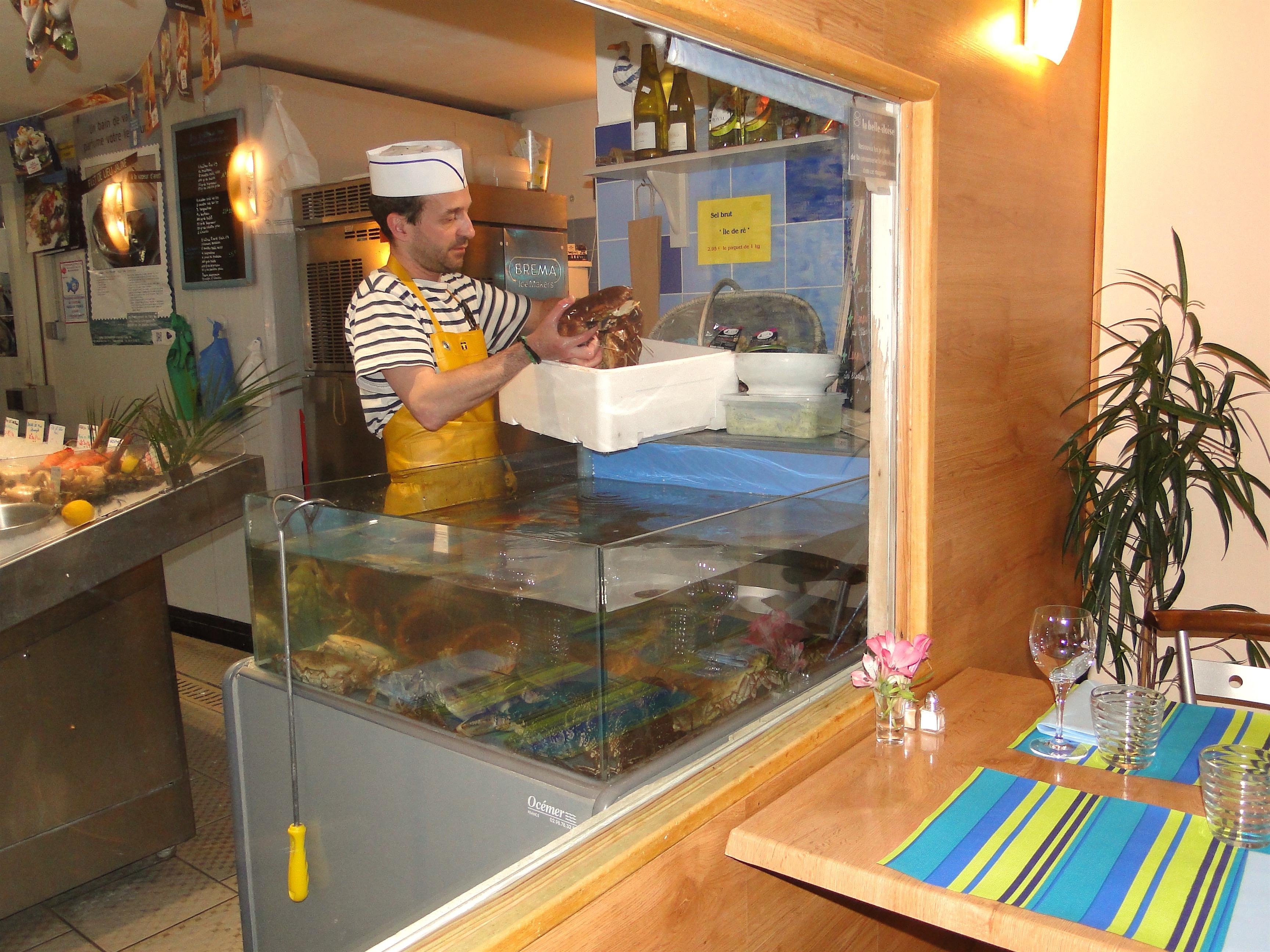Au Cro Marin, on mange à quelques centimètres de la poissonnerie. ©Amélie Petitdemange
