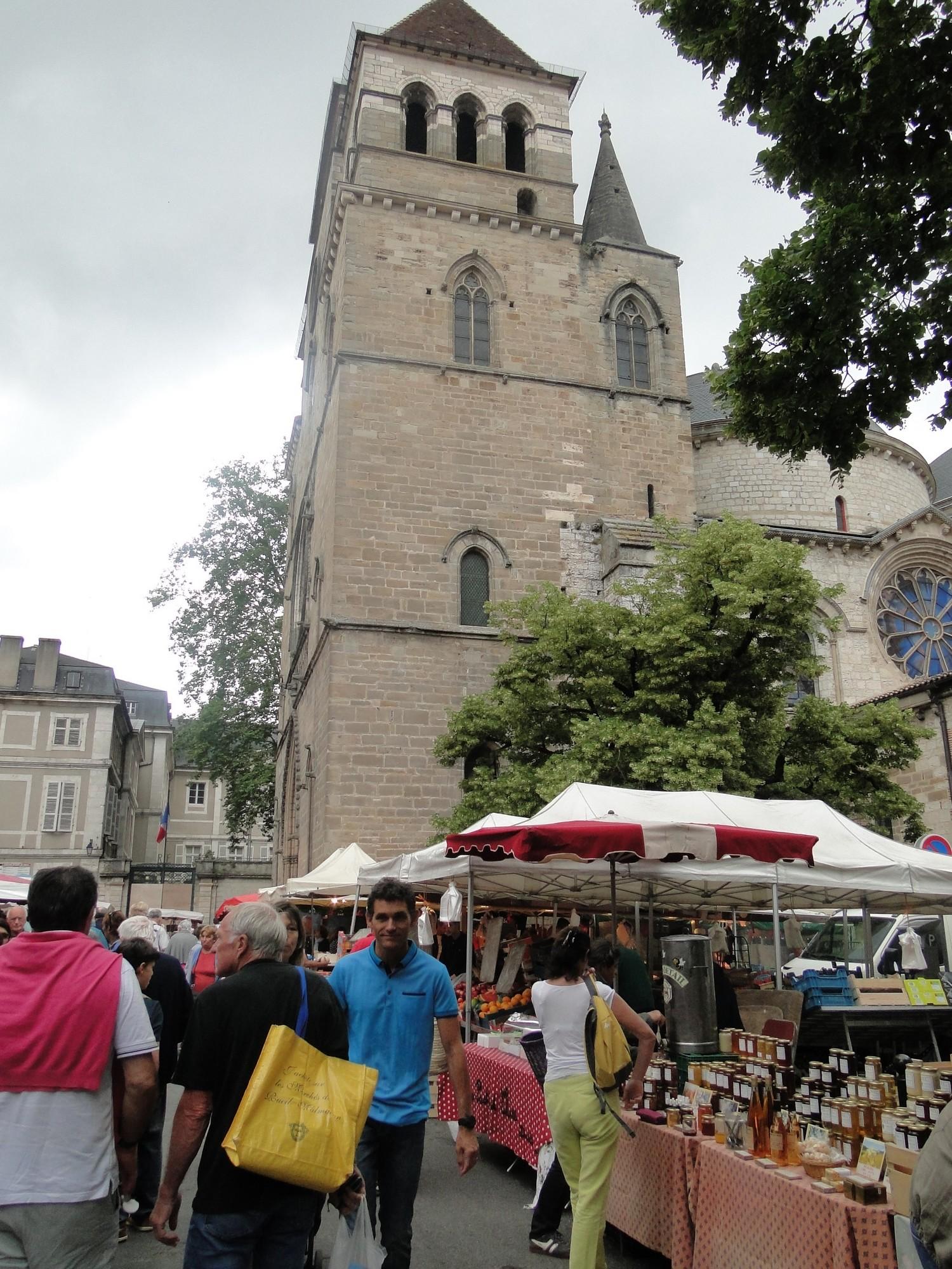 Cahors marché au pied de la Cathédrale