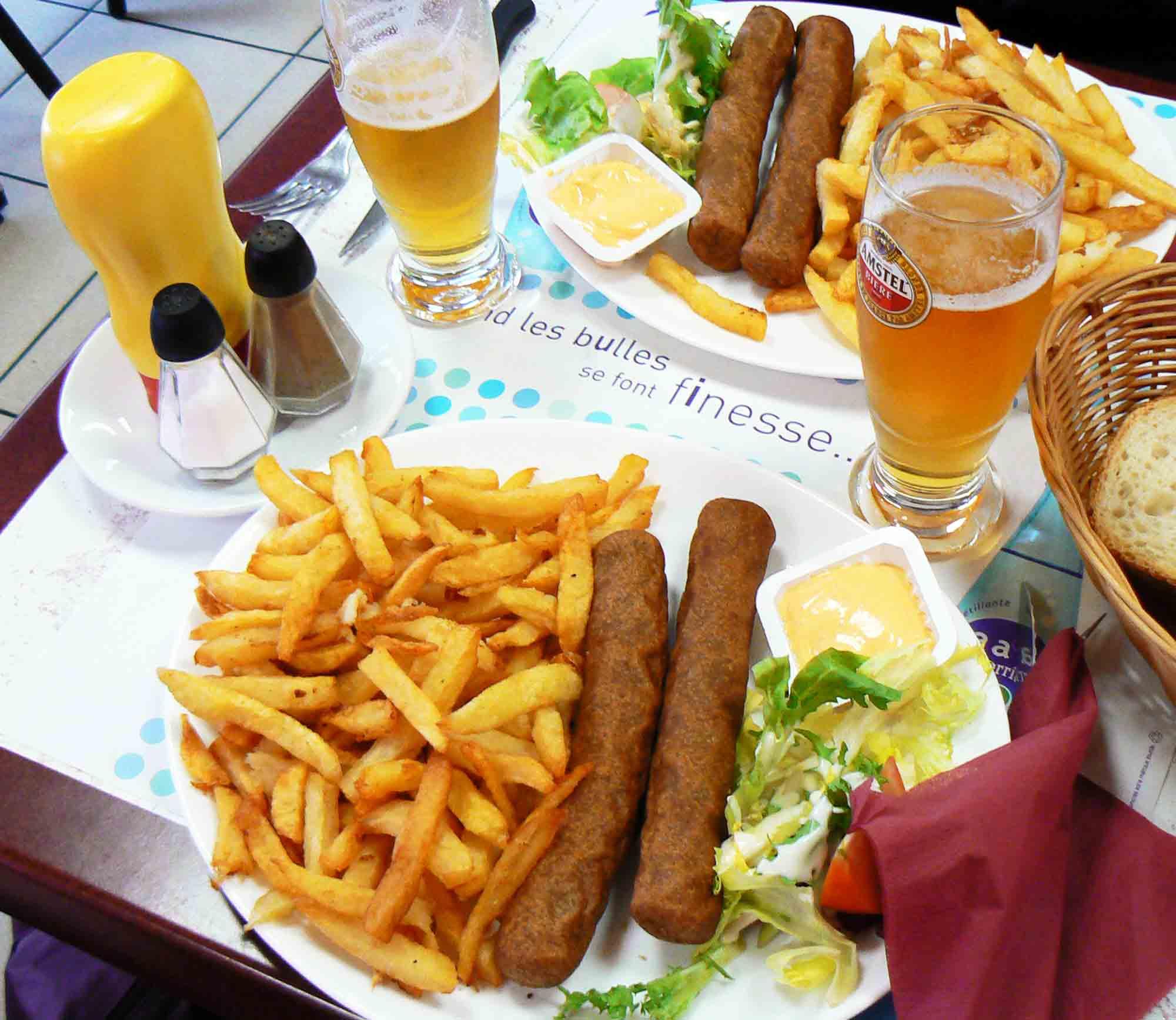 La fricadelle frites, plus belge que française, popularisée par le film Bienvenue chez les Chtis