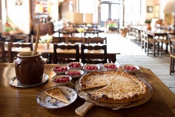 table et galette de pérouges © Ostellerie du vieux Pérouge