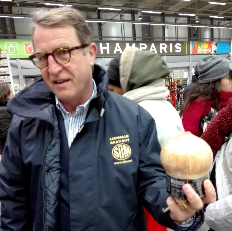 Jean François Vallet qui tient à la main une noix de coco prête à boire....nouvelle tendance 1500