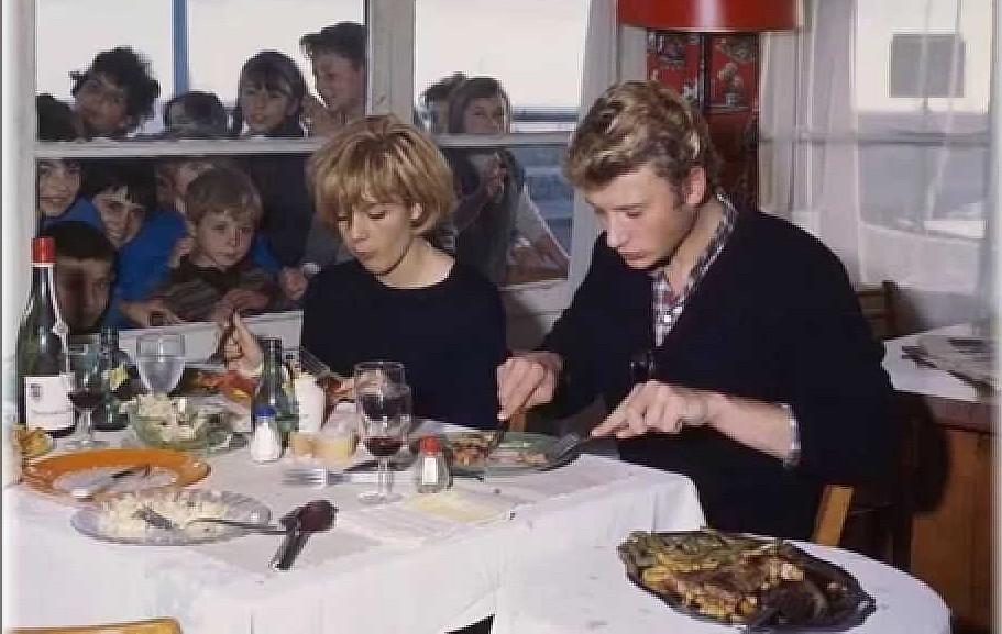 Johnny et Sylvie. Même pour déjeuner les fans etaient là jpeg