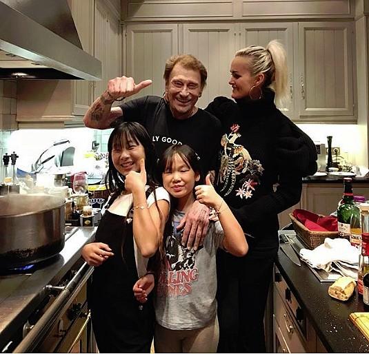 Johnny ses filles et Laeticia dans la cuisine de la villa Savannach ©pierrerambaldi