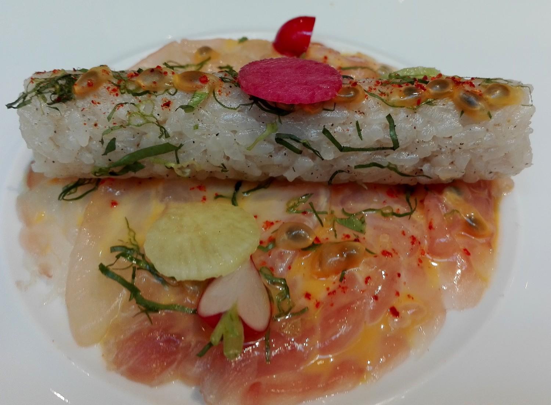 tranches de daurade marinée, émulsion passion à l'huile Oblica, riz Koshihikari et coriande tha