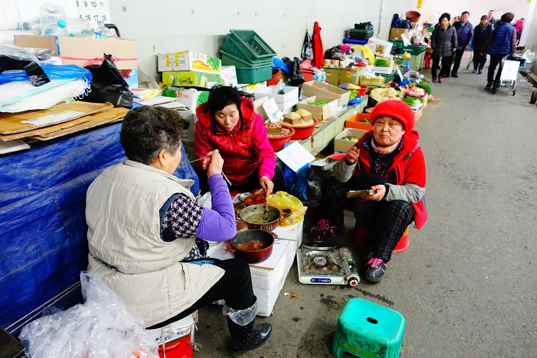 femmes mangeant dans la rue