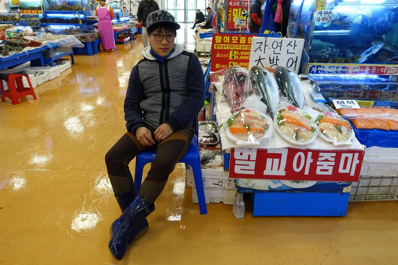 jeune vendeur de thon