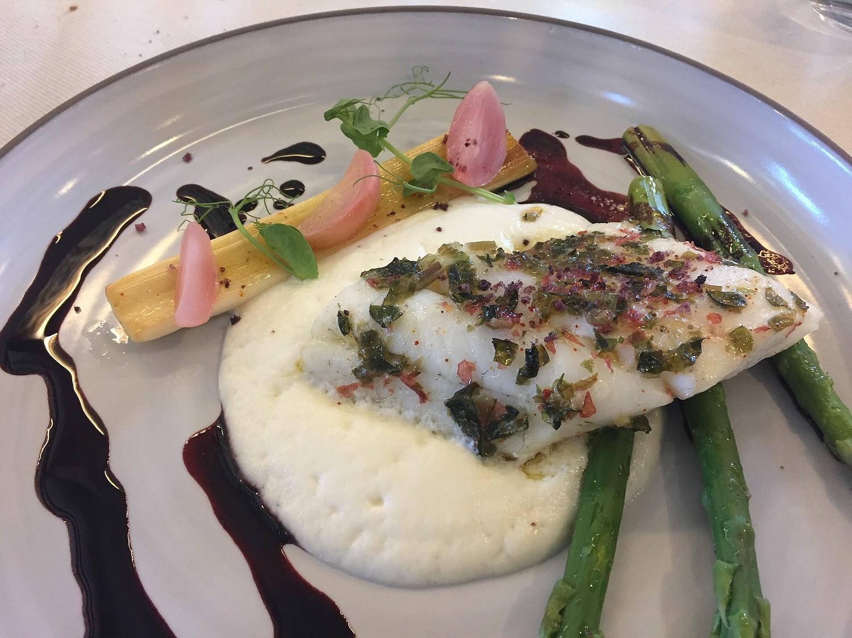 Sandre roti au beurre d'algue emulsion de chou fleur et pointes d'asperges vertes du Lot réduction de Malbec à la vanille Haute Serre 1500