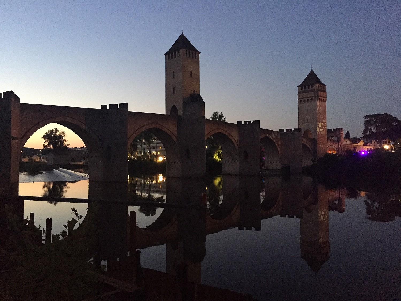 la nuit tombe sur le Pont Valentré
