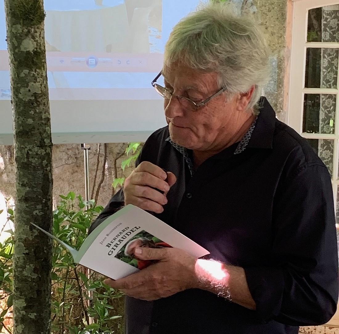 L'auteur compositeur Jean Bonnefon, homme de micro et de plume, une main au micro, l'autre au soleil de Giraudel ©TB/ laradiodugout.fr