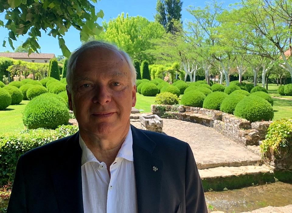 Philippe Gombert, Président de la chaine Relais & Châteaux, dans le jardin du Vieux Logis ©TB/laradiodugout.fr