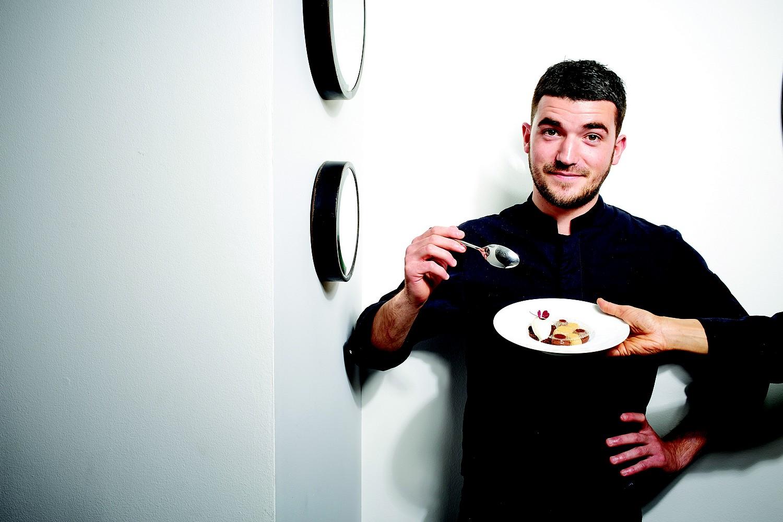 Jean Baptiste Lavergne Morazzani dans son restaurant La Table du 11 - Versailles ©DR