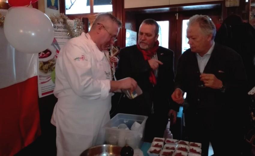 Aux côtés du chef Adam Chrzastowski...., le directeur de l office du tourisme et le critique gastronomique gilles Pudlowski ©I.Monrozier.laradiodugout.fr