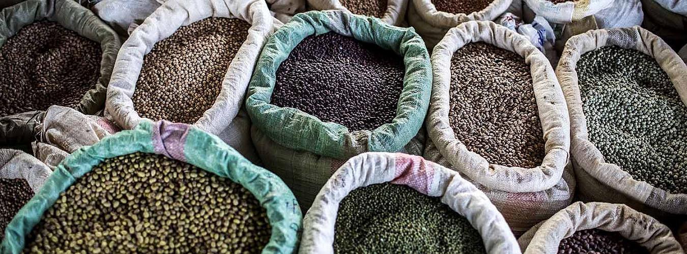 Céréales, haricots, sorgho et autres graines sur un étal d'un marché © FAO luis Tato