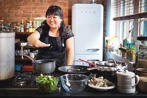 MiMi Aye en cuisine ©DR