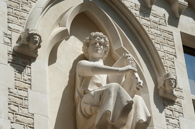 Maison des Musiciens, rue de Tambour, Reims, le joueur de chevrette ©DR