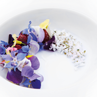 framboises caramélisées, felurs et meringue au thym ©Rasmus Kofoed