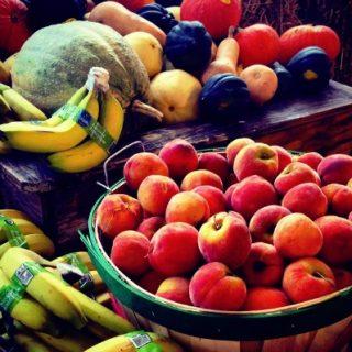 smoothies, corbeille de fruits frais, mélanges de fruits secs au bureau